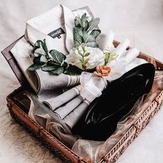 Seserahan #hantaran #hantaranmewah #hantarancantik Wedding Hamper, Wedding Gift Baskets, Wedding Gift Wrapping, Wedding Gift Boxes, Wedding Keepsakes, Indian Wedding Gifts, Creative Wedding Gifts, Rustic Wedding Gifts, Wedding Crafts
