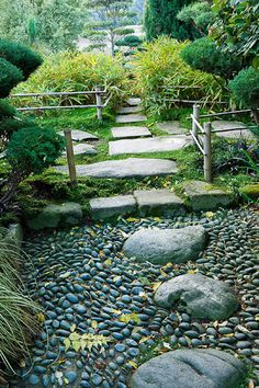 lovely small back yard landscaping ideas for making a foot path  #rrrlandscaping