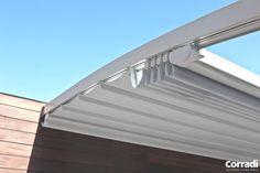 COBERTI Detalle de pergotenda Flux con techo móvil Impact en porche de vivienda. #pérgola #pergotenda #flux #aluminio #techo #móvil #impact #terraza #vivienda #porche #corradi #coberti #malaga