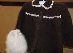Abrigo punto bobo. en color marrón con puntillas.