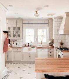 95 Luxury Large Modern White Kitchen with White Cabinets Ideas - HomeCNB Home Decor Kitchen, New Kitchen, Home Kitchens, Kitchen Office, Kitchen Ideas, White Appliances In Kitchen, White Kitchen Floor, Classic White Kitchen, Warm Kitchen