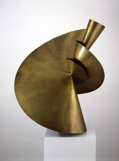 Takehiko Mizutani, Three-part sculpture (material study from Albers's preliminary course), 1927 - Bauhaus in Motion - Bauhaus-Archiv Bauhaus, Sculpture Metal, Abstract Sculpture, Modern Art, Contemporary Art, Art Object, Mellow Yellow, Metal Art, Dieselpunk
