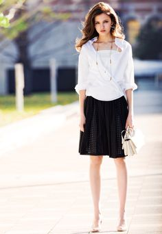 Ropeの白シャツ・キャミソールと黒スカート。シャツがいいなぁ。白黒だけだと単調なんだけど、ネックレスが引き立て役になってくれてる。