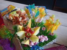 leuk voor kinderfeestje . bloemen van fruit en snoep op feestje in theehuis de Steinsetuin.