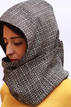 Kapuzenschal zum Knöpfen. Klettverschluss-Schal SKAT ist eine vollmundige Doppel- und Unisex-Kappe und Handwärmer. Warm und komfortabel, es hat eine elegante und sportliche Passform zur gleichen...