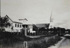 Het weeshuis en de Saronkerk aan de Slangenhoutstraat. Datum: Locatie: Paramaribo, Suriname Vervaardiger: Inv. Nr.: 27-329 Fotoarchief Stichting Surinaams Museum