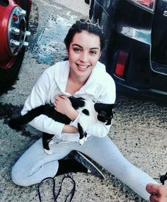 Adelaide Kane, Reign TV actress w/kitty.