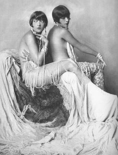 "Who were the Dolly Sisters? ""The Dolly Sisters, twins Rosika (Rose) and Jansci (Jenny) Deutsch, were born in 1892 in Hungary and emigrate. Dolly Sisters, Twin Sisters, Vintage Pictures, Old Pictures, Old Photos, Vintage Glamour, Vintage Beauty, Vintage Glam Fashion, 1920s Glamour"