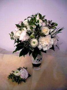 Bukiet - goździk, róża, pełnik, zieleń Przypinka - goździk, pełnik