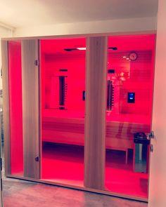 Bei Gurtner Wellness wird die Infrarotkabine mit einem Saunaofen kombiniert - 3 Funktionen in einer Infrarotkabine! 1. Muskelverspannungen mit Rotlicht lösen 2. Wellnessen mit Infrarot 3. Traditionelle Sauna mit Aufguss Infrarot Sauna, Bathroom Lighting, Lockers, Locker Storage, Wellness, Mirror, Eos, Furniture, Home Decor