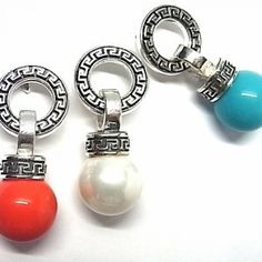 Pendientes de plata de primera ley grecados en presion con perla debajo de 1,2 cm de diametro de color a elegir rojo, blanco o azul