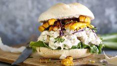 Sandwich med kremet kyllingsalat – Ida Gran-Jansen Wrap Sandwiches, Salmon Burgers, Nom Nom, Breakfast, Ethnic Recipes, Lunch Ideas, Food, Morning Coffee, Salmon Patties
