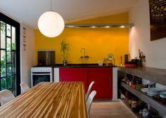 """prateleiras de concreto (a madeira da mesa dá uma """"quebrada"""" no aspecto frio do ambiente). Tinta na parede, harmonia de cores e materiais."""