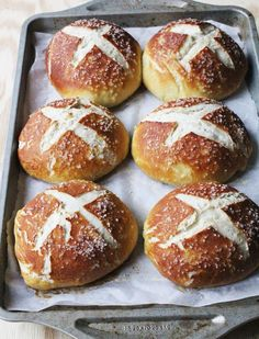 Pretzel bread bowls are great for serving soup in! Make your own homemade pretzel bowls with this recipe. Pan Pretzel, Pretzel Bread, Pretzel Rolls, Homemade Pretzels, Bread Bun, Bread Bowls, Bread And Pastries, I Love Food, Crack Crackers