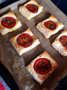 Blätterteig-Häppchen mit Tomaten und Knoblauch