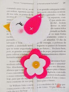 Marcador de Páginas, passarinho e flor em feltro - rosa e branco Foam Crafts, Diy And Crafts, Crafts For Kids, Paper Crafts, Diy Bookmarks, Corner Bookmarks, Felt Bookmark, Girly Phone Cases, Felt Books
