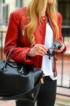 jaqueta vermelha, blusa branca, calça preta