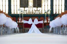 Witte strikken als decoratie op een trouwceremonie