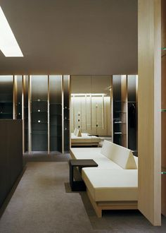 two long treatment rooms run along the side corridor japan-based curiosity has just completed a spa boutique called 'mars the salon' in aoyama, japan, Spa Design, Spa Interior Design, Salon Design, Modern Interior, Club Bar, Spa Lounge, Spa Hotel, Displays, Spa Rooms