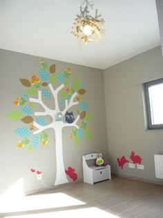 kids room painted tree and wallpaper leaves and animals (www.stannel.blogspot.be)