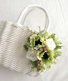 白地のバッグに、グリーン系の花であしらったカゴバッグです。ちょっとしたお出掛けや、お部屋の見せる収納など(洗面所のタオル入れなど)にご活用下さい♪サイズ 幅2...|ハンドメイド、手作り、手仕事品の通販・販売・購入ならCreema。 Lace Beadwork, Tree Bag, Diy Sac, Summer Handbags, Butterfly Wall Art, Painted Clothes, Wholesale Bags, Basket Bag, Handmade Bags