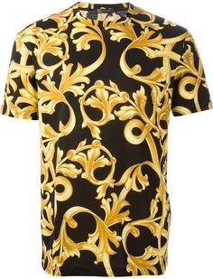 41109af75a47 Versace T-Shirt À Imprimé Baroque Chemises, Calligraphie, Chemise Pour Homme  Versace,