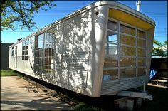 This is more like the trailers in trailer parks (residential) than for camping. Vintage Campers Trailers, Vintage Caravans, Camper Trailers, Retro Campers, Tiny Trailers, Rv Campers, Spartan Trailer, Camper Caravan, Camper Life