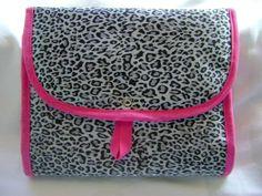 Necessaire feita em tecido acetinado dublado e com fechamento em botão de pressão. Ideal para ser levada na mala ou na bolsa, também pode ser usada como porta maquiagem ou porta trecos.