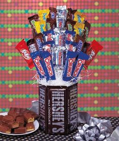 Awesome gift idea - Chocolate Bouquet - dollr store glass jar, shredded paper fill, tape chocolate bars to wooden sticks! Homemade Gifts, Diy Gifts, Candy Bar Bouquet, Candy Arrangements, Chocolate Gifts, Chocolate Heaven, Chocolate Bars, Snickers Bar, Edible Crafts