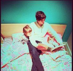 Freddie Highmore reading to Vera Farmiga's kids