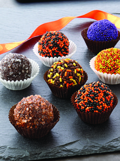 They are one of my favorite sweet treats! So I am absolutely craving these spooky Halloween truffles! Halloween Desserts, Bolo Halloween, Halloween Treats, Spooky Halloween, Halloween Party, Köstliche Desserts, Delicious Desserts, Dessert Recipes, Holiday Treats