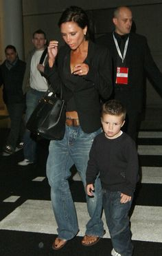 Love the boyfriend jeans look Victoria Beckham Outfits, Victoria Beckham Style, Love Her Style, Style Me, Celebrity Outfits, Celebrity Style, Spice Girls, Classy Women, Boyfriend Jeans