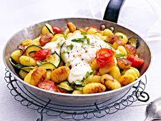 Gnocchi-Zucchini-Pfanne mit Feta-Cracker-Haube - Rezept