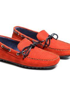 SOLOiO Zapato de piel, modelo mocasín, confeccionado en piel de serraje y en color rojo con cordón azul y suela neumática  www.soloio.com  #shoponline #menfashion #menstyle #menshoes #mocasín #rojo #red