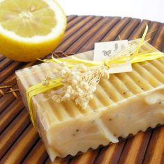 Como fazer sabonete de limão. Fazer nosso próprio sabão fornece-nos múltiplos benefícios, entre os quais se destacam a escolha de seus componentes e a segurança de sua qualidade. Um dos mais aromáticos é o sabão de limão, ideal pa...