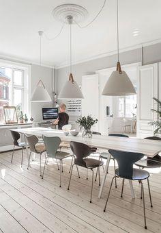 beton-gulv-spisestue-plankebord-y-stol-arne-jacobsen-sort ...