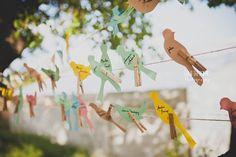 Veux-tu me bloguer ?! - e plan de table de mariage est revisité ici de manière vraiment originale et créative. Tirez des cordes à linge et étendez des oiseaux de papier sur lesquels vous aurez inscrit le nom de vos invités ainsi que le placement à table. J'aime beaucoup, et vous ?