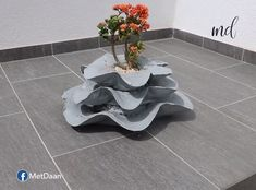 Here's a cement craft which you can perfect on your own! ` Source by metdaanDIY Cement Flower Pots, Diy Concrete Planters, Cement Garden, Cement Art, Concrete Art, Wall Planters, Succulent Planters, Concrete Patio, Succulents Garden