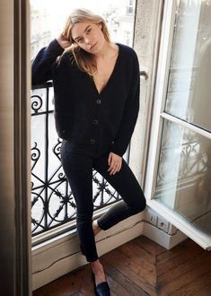 Camille Rowe (Fashion Gone rouge)-Camille Rowe (Fashion Gone rouge) Black v neck cardigan, black skinny jeans, black shoes: Camille Rowe - Looks Chic, Looks Style, Look Fashion, Fashion Outfits, Fall Fashion, Trendy Fashion, Fashion Black, Steampunk Fashion, Gothic Fashion