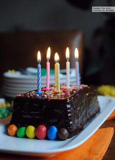 La típica tarta de galletas y chocolate de los cumples de toda la vida. Receta fácil