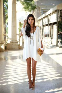 Jolie robe blanche courte en style bohème chic