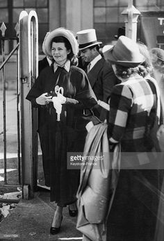 Rita Hayworth with horses | The American actress Rita HAYWORTH arriving in Epsom for the horse ...
