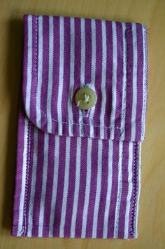 """Men's Sleeve Pouch """"Trick Up My Sleeve"""" Coin Purse You'll need an old menswear… Fabric Crafts, Sewing Crafts, Sewing Diy, Diy Crafts, Diy Trousse, Craft Projects, Sewing Projects, Mens Sleeve, Operation Christmas Child"""