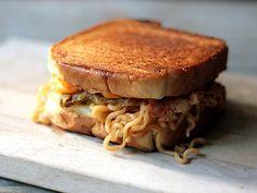 Kimchi Ramen Grilled Cheese Sandwich - Recipes Using Instant Ramen Kimchi Ramen, Ramen Soup, Ramen Dishes, Noodle Soup, Ramen Hacks, Food Hacks, Vegetarian Ramen, Ramen Noodle Recipes, Ramen Noodles