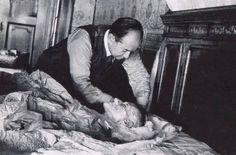 """✿ ❤ Atatürk'ün Ölürken Söylediği Son Söz: İnsanın karşılaşacağı ölüm gerçeğinin son saniyeleri geldiğinde, o sırada yanında bulunanlardan Dr. Neşet Ömer bey """"Dilinizi göreyim efendim. Lütfen dilinizi dışarıya doğru çıkartın"""" diye telaşlanırken, Atatürk, Dr. Neşet Ömer beye bakarak """"VE ALEYKÜM SELAM"""" diyerek gözlerini kapatmıştır. (Kılıç Ali'nin Anıları Sh 659. Hulusi TURGUT)"""