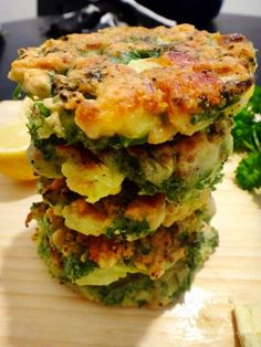 BROCCOLI, FETA & PINE NUT FRITTERS(makes 8 fritters) 1 broccoli 3 garlic cloves, finely chopped 4 eggs 1 small bunch of parsley, chopped 150 grams almond flour 80 grams of feta cheese 1/2 cup of pine nuts 1 lemon Salt and pepper Dash of olive/coconut oil.