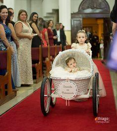entrada de damas de honra com bebê no carrinho