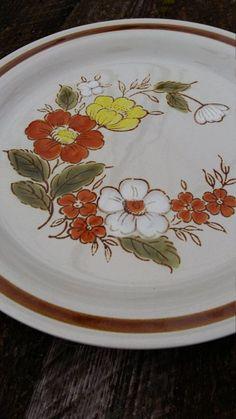 Vintage Plates, Vintage Dishes, Vintage Toys, Antique Dishes, Vintage Dinnerware, Vintage Dishware, Antique Glassware, Vintage Candy, Vintage Pyrex