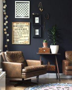 Inspiração para a sala de estar: parede preta com poltronas de couro caramelo! Simples e chique! Ambiente criado por Heather Young. #casavogue #inspiração #decoração #décor #poltronacaramelo #paredepreta #saladeestar #living