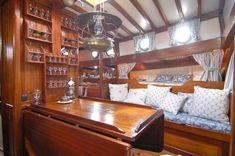 Le carré su Shpountz 44-40. Beautiful, comfy boat interior.
